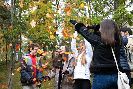 Espanjalaiset vaihto-opiskelijat Christian Escribano, Maria Paula Parrado, Alexandra Rodríguez ja Carmen Bernabeu (edessä) olivat tulleet Helsingistä päiväretkelle Tampereelle. He arvioivat ruskan olevan Tampereella pääkaupunkiseutua pidemmällä.