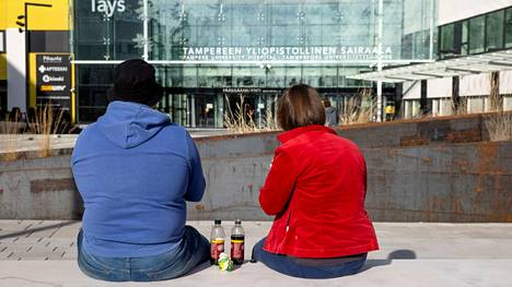 Lastaan kriisiosastolle katsomaan matkalla olevat pirkanmaalaisvanhemmat söivät päivällistä aukiolla, joka sijaitsee Tampereen yliopistollisen sairaalan Taysin pääovien tuntumassa. Heidän 13-vuotias lapsensa osui maaliskuussa niin ruuhkaiselle osastolle, että hän sai nukkumiseen patjapaikan lattialta.