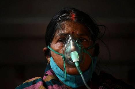 Koronavirusta sairastava saa lisähappea Ghaziabadissa Intiassa sunnuntaina.