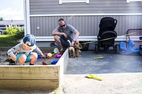 Ville Östring muutti perheineen Tampereelta Nokian Harjuniittyyn huhtikuussa. Uudella asuinalueella Östringiä ovat viehättäneet harrastusmahdollisuudet ja se, että Frans-pojan päiväkoti on lähellä. Tammi-kesäkuussa Nokia kasvatti väkimääränsä toiseksi eniten Pirkanmaalla.