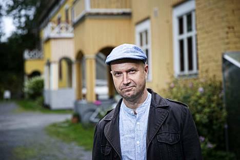 Runoilija Arto Lappi muutti toukokuussa Suomen kirjailijaliiton asuntoon Tampereen Pirkankadulle. Muutama uuden kokoelman runoista on valmistunut tämän tunnelmallisen talon ilmapiirissä.