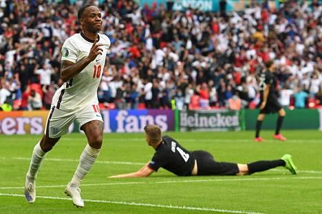 Sterlingin siirsi Englannin ottelussa 1–0 johtoon.