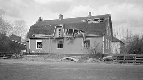 Matkustajakoti Kilkun talon viimeiset hetket. Kokemäen Tulkkilassa sijainnutta rakennusta purettiin toukokuussa 1984.