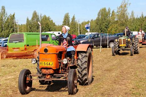 Arja Lehtonen johdatti Kokemäen Tuomaalasta matkaan lähteneen traktoriletkan Villilän nostalgiapäiville liinanen heiluen.