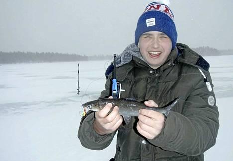 Alkuviikon lumituisku ei lannistanut Keuruun ysiluokkalaisten kalakerhon kalaleirikoululaisia. Aleksi Pekkanen nappasi komean siian.