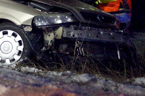 Auto suistui mutkasta ulos ja päin puuta Ruovedellä. Kuvan auto ei liity tapaukseen, kuvituskuva.