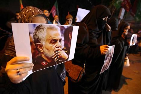 Pakistanilaiset shiia-muslimit surivat Iranin Quds-joukkojen päällikköä Qasem Soleimania Yhdysvaltain vastaisessa mielenosoituksessa Karachissa perjantaina. Kenraali Qasem Soleimani tapettiin ilmaiskussa Irakin Bagdadissa torstain ja perjantain välisenä yönä.