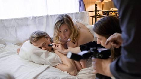 Hannan (Hannaleena Hauru) ja Ekun (Samuel Kujala) kulissisuhde on Instagram-performanssi, jonka moraali alkaa vähitellen mietityttää.