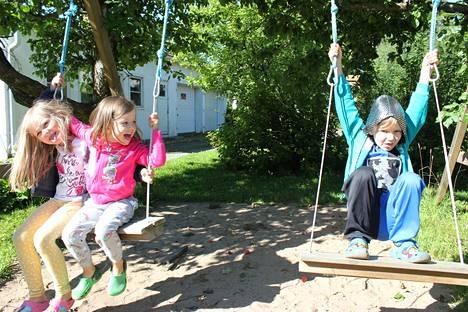 Helmi, Elli ja Eino Koskinen muuttivat Tampereelta Nokialle ja aloittavat uudessa koulussa, esikoulussa ja päiväkodissa.