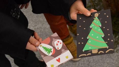 Jouluiloa ikäihmisille. Persoonalliset itse tehdyt joulukortit lämmittävät mieltä.
