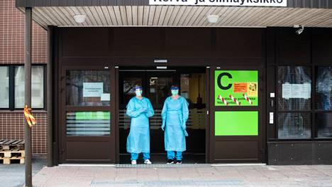 Hatanpään infektioyksikössä Fimlabin hoitajia viime vuoden maaliskuussa.