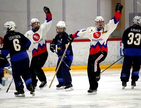 NoU voitti Kiekko-Espoon 7–3 jatkosarjan ottelussa helmikuun alussa. Heidi Mattila (oik.) iski kaksi maalia.