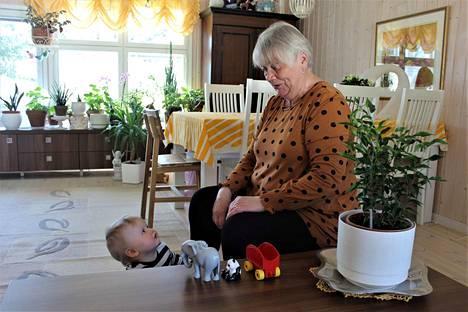 Lasten kanssa puuhaaminen on Tarja Intoselle mieluisaa. Tällä kertaa lapsenlapsenlapsi Nero tarkkailee mummun reaktiota siihen, minkä lelun hän seuraavaksi laatikosta nappaa.