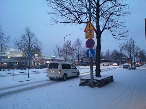 Sastamalan keskustassa herättiin perjantaina valkoiseen aamuun. Tältä näytti maisema Puistokadulla kello 8 aikaan.