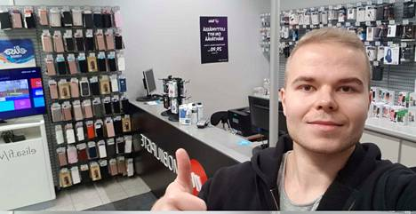 Mobiilipiste Suomi Oy:n toimitusjohtaja Jyri Kiviranta sanoo, että jos kivijalkakaupan asiakasvirta tyrehtyy, sen jälkeen voimavarat keskitetään yrityskauppaan.