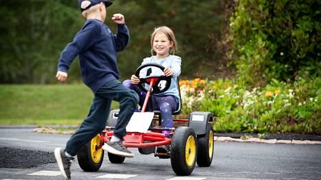 Fanni Nurmi antaa kohteliaasti tietä Eemeli Westerbackalle Kirjurinluodon liikennepuistossa Porissa. Kuva on kolmen vuoden takaa.