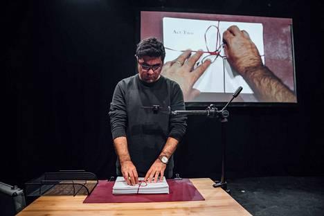 Kirjailija Nassim Soleimanpour itse avaa juhlallisesti näyttämöllä esityksen tekstin, jota näyttelijä ei ole vielä nähnyt.