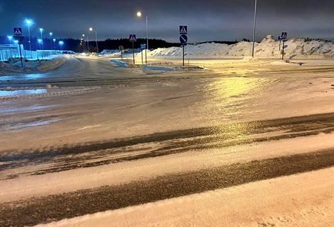 Jäätävä sade on tehnyt teistä liukkaita. Näin jäiseltä Pirkkalan Linnakalliontien ja Kurikantien risteyksessä näytti sunnuntai-iltana.