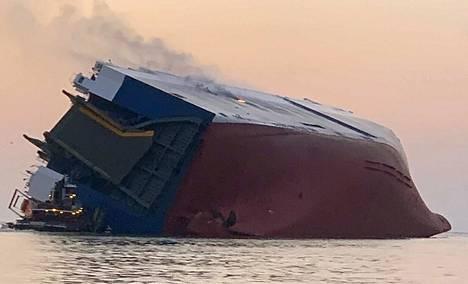 Laiva kaatui matalassa vedessä ja syttyi palamaan.