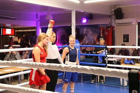 Nikolina Boken käsi nostettiin pystyyn ottelun päätteeksi. Tulosten tarkistuksen jälkeen voittajaksi nousi lopulta Teresa Mäkinen.