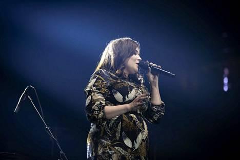 Suvi Teräsniska esiintyi Olli Lindholmin muistokonsertissa.