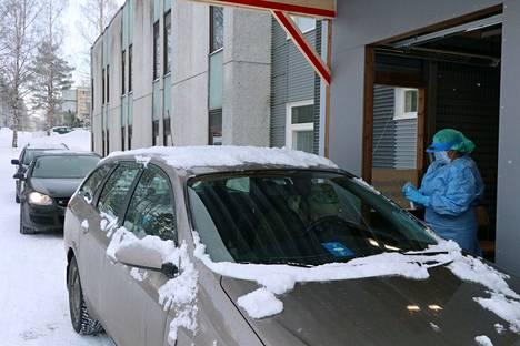 Arkistokuvassa drive in -koronatestausta Raumalla helmikuun alussa.