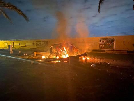 Yhdysvaltojen iskussa tuhoutunut ajoneuvo lähellä Bagdadin lentokenttää Irakissa.