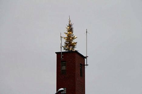 Paloaseman letkutorni sai vuosien tauon jälkeen joulukuusen.