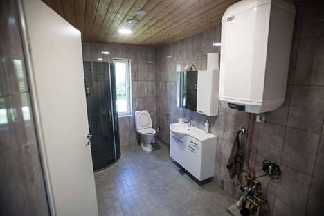 Pikkutalon parven alla sijaitsevat kylpyhuone, sauna ja wc.