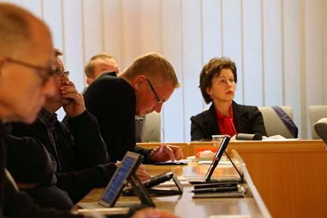 Kokoomuksen Vesa Koski (keskellä) katsoo, että Euran tulisi aloittaa uudet yt-neuvottelut, vaikka edelliset päättyivät vasta reilu kuukausi sitten.