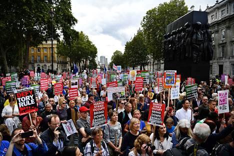 Ihmiset ovat vaatineet kaduilla muun muassa Boris Johnsonin eroa ja brexitin perumista.