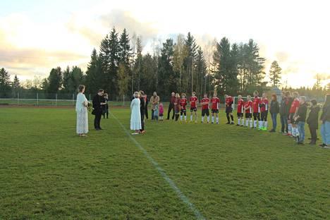 Mouhijärven Mallin miesten jalkapallokausi sai hyvin poikkeuksellisen päätöksen sunnuntaina Mouhijärven kentällä. Pelin päätteeksi pappi vihki maalivahdin ja tämän morsiamen.