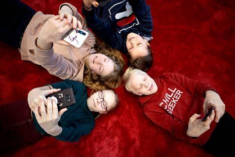 Koulupäivän aikana Edith Haapa-ahon (vasemmalla alhaalla), Inkeri Tikan, Eemeli Oraksen ja Eino Isometsän puhelimet pysyvät repussa.