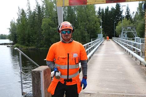 Betoninäytteitä. Kurikanniskan säännöstelypadon silta vaatii Mikko Rauhasen mukaan määräaikaistarkastuksia ikänsä takia. Sillan tuntumassa on myös uimaranta ja venesatama.