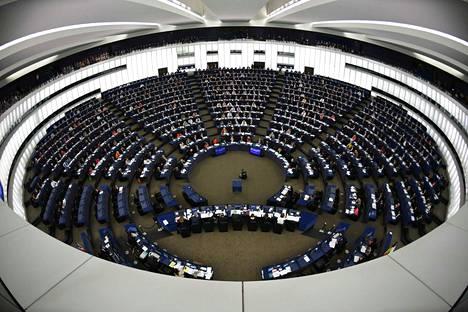 Europarlamentaarikkojen edustajanpalkkio on 38,5 prosenttia Euroopan unionin tuomioistuimen tuomarin peruspalkasta. Tällä hetkellä palkkio on ennen veroja on 8 757 euroa ja se on kaikille edustajille sama.