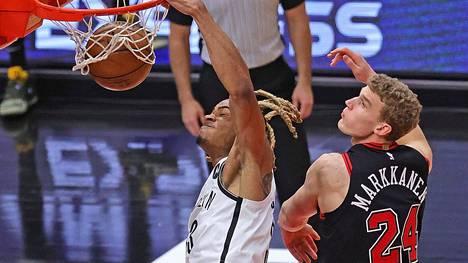 Lauri Markkanen (oik.) sai seurata läheltä Brooklyn Netsin Nicolas Claxtonin donkkia.