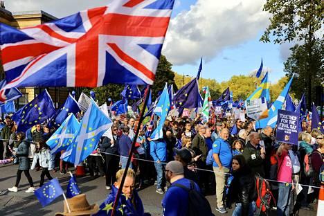 Mielenosoittajat vaativat toista kansanäänestystä Lontoossa.