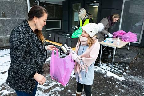 Venla Tyynelä ja äitinsä, Nokian koulun koulunkäynninohjaaja Hanna Paulajärvi-Tyynelä kuvattiin kuunvaihteessa Koskenmäen koululla kouluruuan noutopisteellä.