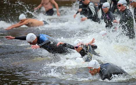 Kilpailu aloitettiin 300 metrin uinnilla, jossa kilpailun voittaja Sami Nikkilä (numero 1), naisten kakkonen Jonna Karimäki ja Roope Kuusisto (10)  syöksyivät veteen ahnaimmin.