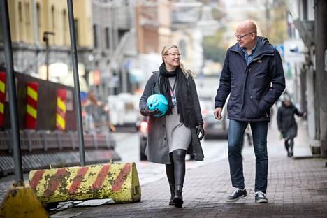 – Meidän työpisteemme on tien päällä, naurahtavat yrittäjät Johanna Peltonen ja Pasi Iivonen. Heillä on kaikkiaan 20 työntekijää, jotka tuntevat erityisen hyvin Tampereen, Nokian, Kangasalan, Pälkäneen, Oriveden ja Ylöjärven asuntomarkkinat.