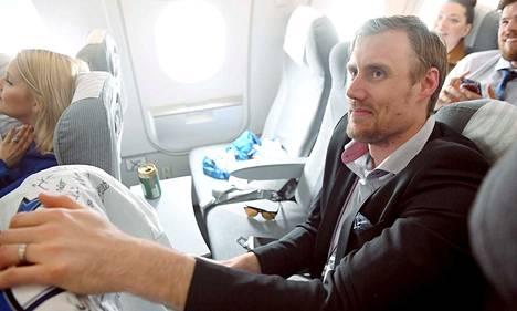 """Kultaleijonien sankari Marko """"Mörkö"""" Anttila otti lentokoneessa rennosti."""