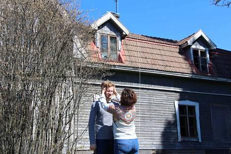 Mikko Nieminen ja Eszter Szabo pihamaallaan Stormissa. Taustalla näkyvä rakennuksen osa on 1800-luvulta, kun taas puiden peittoon jäävä mansardikattoinen pääty on lisätty 1930-luvulla.