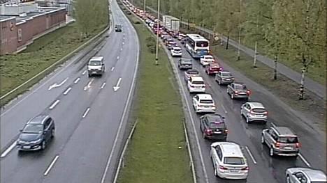 Liikenne ruuhkautui tiellä 65 Lielahden kohdalla onnettomuuden vuoksi.
