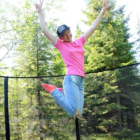 Oona Hytönen tykkää hyppiä trampoliinilla ja tekeekin sitä kymmeniä kertoja päivässä.
