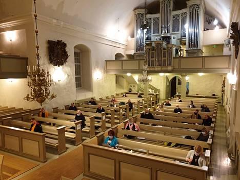 Kirkkovaltuuston kokous pidettiin koronaturvallisesti Pyhän Laurin kirkossa.