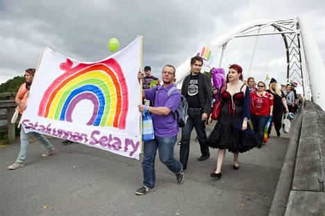 Pori Pride -kulkue vuonna 2013. Tänä vuonna sateenkaarikulkueeseen odotetaan jopa tuhatta osallistujaa.