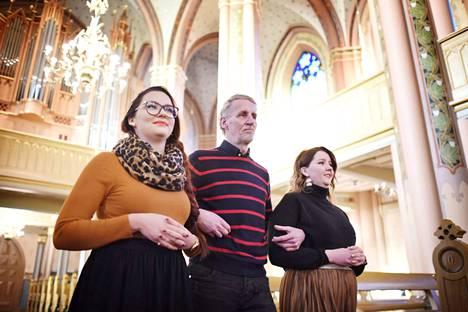 Morsianten isä Olavi Peltorinne saattaa ylpeänä keskimmäiset tyttärensä avioliittoon. Ainakin kirkkoharjoituksissa kolmikko mahtui helposti Keski-Porin kirkon leveälle käytävälle.