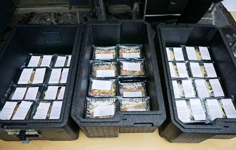 Tällaisia valmiiksi pakattuja ruoka-annoksia jaettiin Nokialla Koskenmäen koululla tänä keskiviikkona. Tampere teki perjantaina päätöksen ruoka-annosten jakamisesta omassa kaupungissaan.