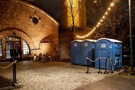 G Livelab- musiikkiklubin edustalle ilmestyi perjantaina kolme bajamaja-käymälää.