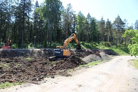 Opintien päässä tehtiin kesäkuussa Kalevanniemen vuoropäiväkodin piha-alueen rakennustöitä.